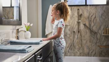 8 Hacks voor het schoonmaken van badkamers voor uw volgende vertoning